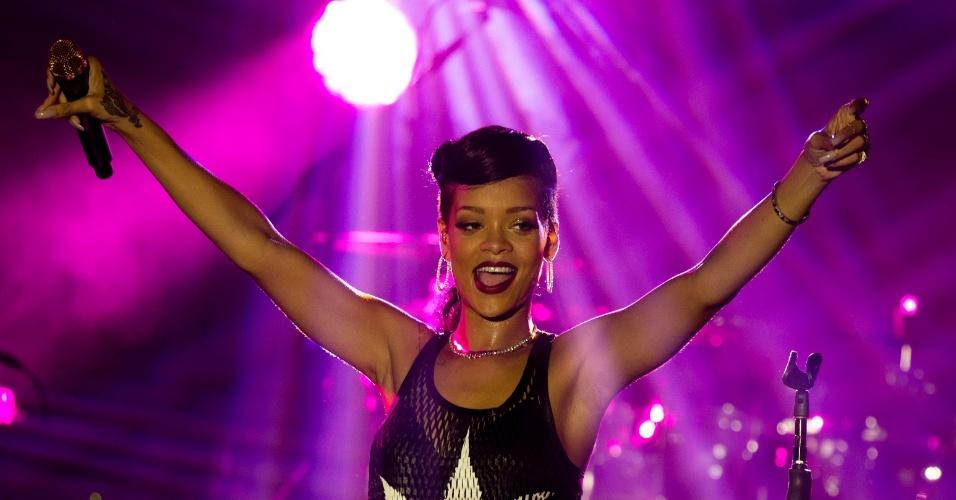 """Rihanna usou uma blusa com uma folha da maconha estampada durante show em Berlin, na Alemanha (18/11/12). A apresentação faz parte da turnê """"777"""", na qual a cantora fará shows em sete países durante sete dias para lançar o álbum """"Unapologetic"""""""