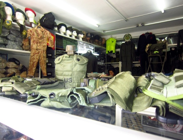 Roupas, coletes e boinas militares são vendidos na Colômbia - BBC