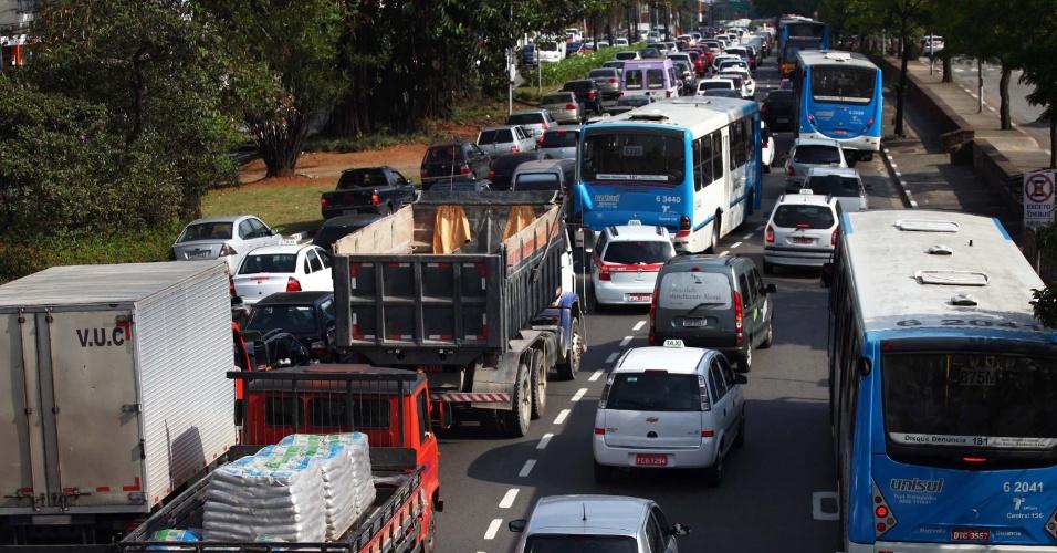 Trânsito intenso na manhã desta segunda-feira (19) na avenida Washington Luís, nas proximidades do aeroporto de Congonhas, na zona sul de São Paulo