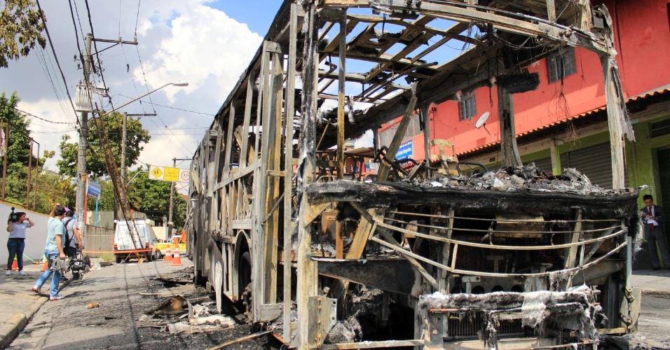 Um ônibus foi incendiado no início da tarde desta segunda-feira (19), no bairro Jardim São Judas, em Taboão da Serra (SP). O ônibus da viação Pirajuçara Osasco/Centro ficou totalmente destruído. Não há informações de vítimas