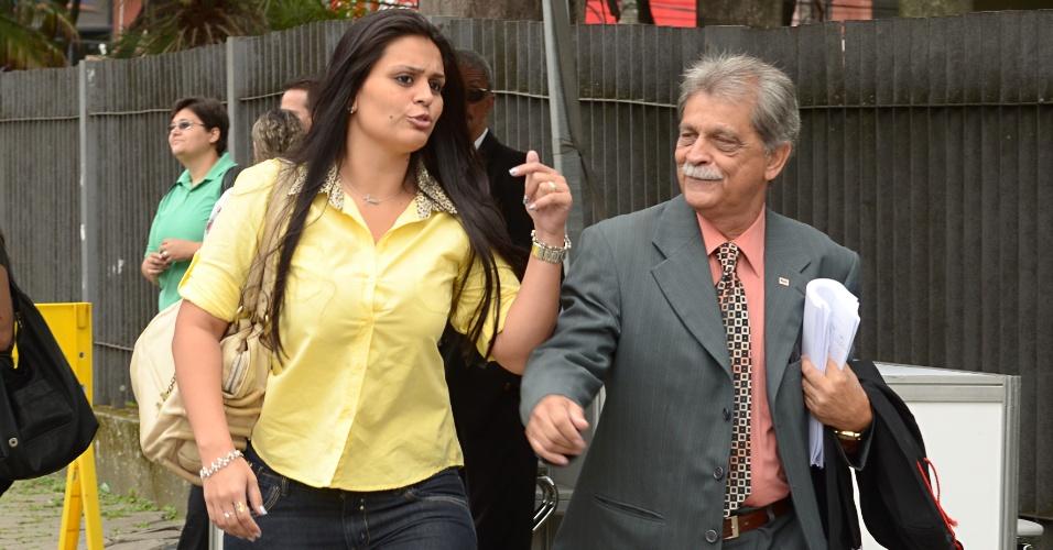 20.nov.2012 - A atual namorada do goleiro Bruno, Ingrid Oliveira, chega ao fórum de Contagem (MG) acompanhada pelo advogado Francisco Simim para assistir ao segundo dia de julgamento dos réus pelo desaparecimento e morte de Eliza Samudio