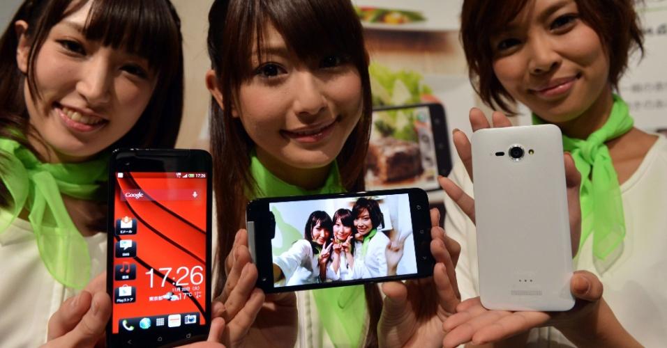 20.nov.2012 - A HTC apresentou em Tóquio o smartphone HTC J Butterfly, para a operadora de telefonia japonesa KDDI. O aparelho tem chip de quatro núcleos (quad-core), tela de 5 polegadas com LCD em alta definição e câmera de 8 megapixels