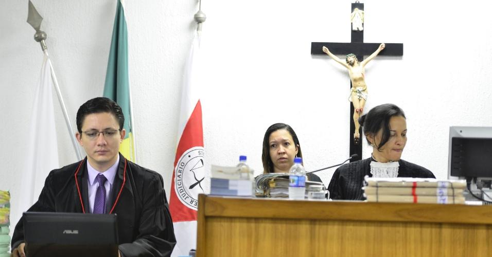 20.nov.2012 - A juíza Marixa Fabiane Lopes Rodrigues comanda o julgamento do goleiro Bruno e de mais dois réus pelo desaparecimento e morte de Eliza Samudio na sala de audiência do Fórum Doutor Pedro Aleixo, em Contagem (MG)
