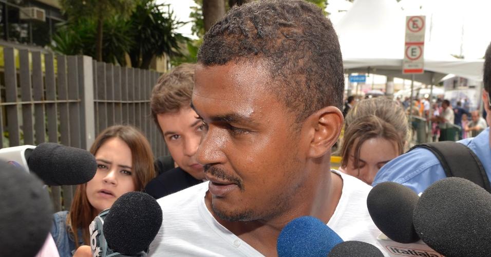20.nov.2012 - Cleiton Gonçalves, motorista do goleiro Bruno, concede entrevista à imprensa ao chegar ao fórum de Contagem (MG) para acompanhar o segundo dia de julgamento