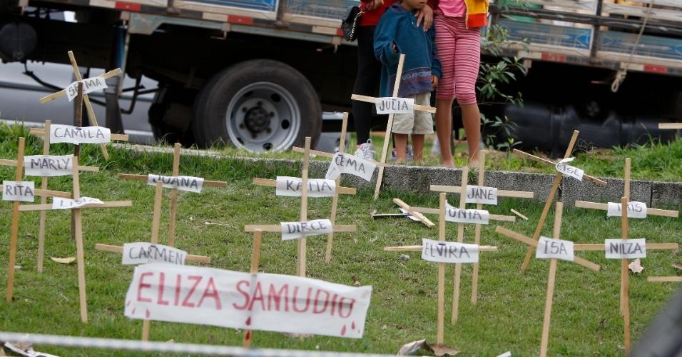 20.nov.2012 - Cruzes com os nomes de mulheres vítimas de violência foram colocadas em frente ao fórum de Contagem (MG), durante o segundo dia de julgamento dos réus no processo que julga o desaparecimento e morte de Eliza Samudio