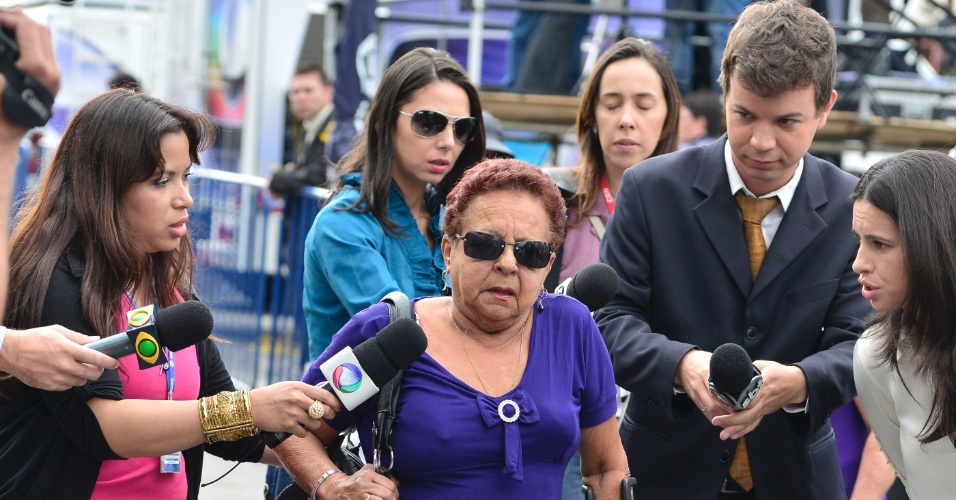 20.nov.2012 - Dona Lúcia, avó do réu Luiz Henrique Romão, o Macarrão, chega ao fórum de Contagem (MG) para o segundo dia de julgamento dos acusados pelo desaparecimento e morte de Eliza Samudio