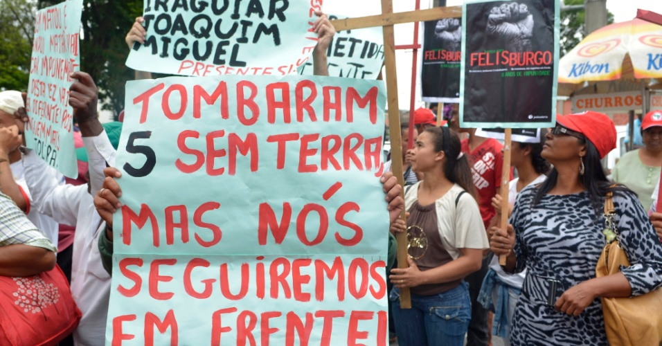 20.nov.2012 - Manifestantes foram à frente do fórum de Contagem (MG), onde ocorre o julgamento do goleiro Bruno e de outros dois réus pelo desaparecimento e morte de Eliza Samudio, para protestar pela demora no julgamento no caso da morte de cinco trabalhadores sem terra na cidade de Felisburgo (MG), ocorrido em 2004