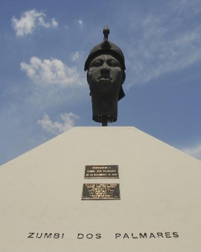 20.nov.2012 - Monumento de Zumbi dos Palmares, no Rio de Janeiro, que foi lavado na manhã desta terça-feira (20) pelo grupo afoxé Filhos de Gandhi