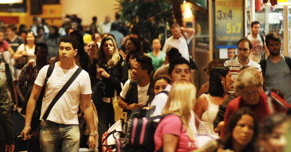 20.nov.2012 - Movimentacão intensa de passageiros na rodoviária do Tietê, zona norte da capital paulista, por volta das 20h, no retorno do feriado prolongado