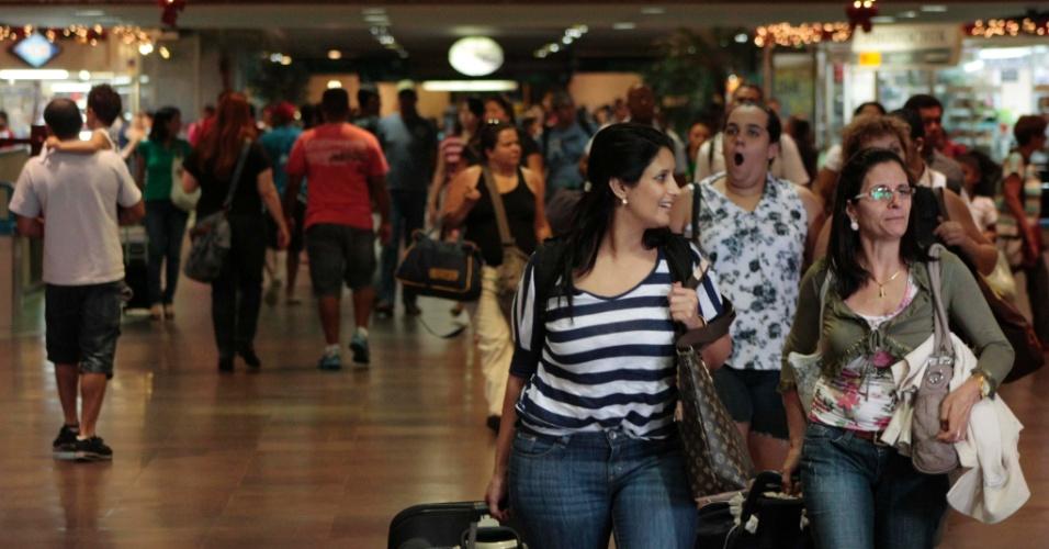 20.nov.2012 - Movimentação intensa na rodoviária do Tietê, na zona norte de São Paulo, na volta do feriado prolongado, nesta terça-feira (20)