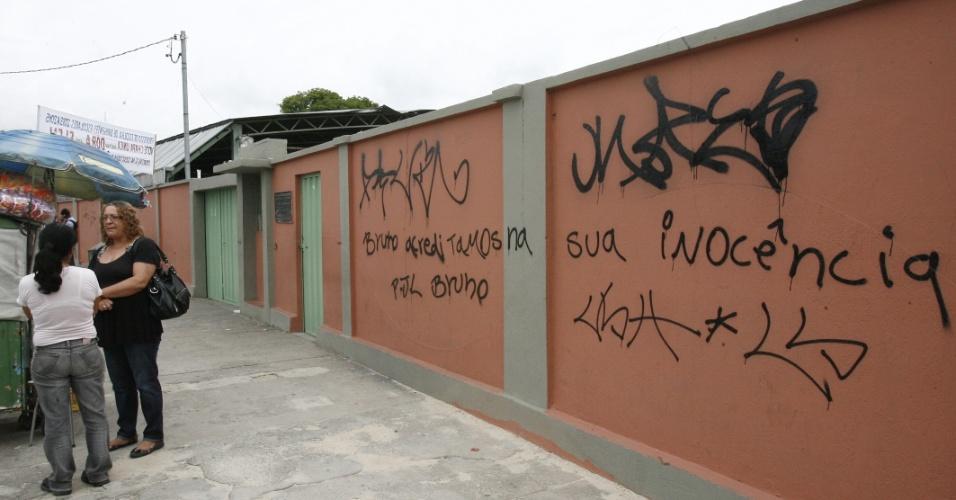 20.nov.2012 - Muro pichado em frente ao fórum de Contagem (MG), onde ocorre o julgamento dos réus no processo que julga o desaparecimento e morte de Eliza Samudio