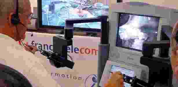 O francês Jacques Marescaux conduz uma cibercirugia com ajuda de dois braços robóticos - France Telecom/Ircad/Reuters