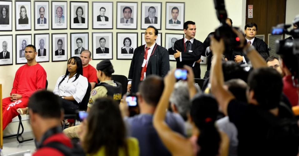 20.nov.2012 - Profissionais de imprensa fotografam os réus pelo desaparecimento e morte de Eliza Samudio no fórum de Contagem (MG)