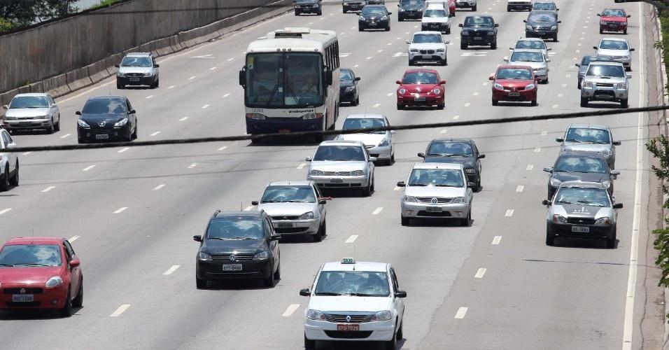 20.nov.2012 - Trânsito flui bem na marginal Pinheiros, na altura da ponte Cidade Universitária, na zona oeste de São Paulo, no começo da tarde desta terça-feira (20)
