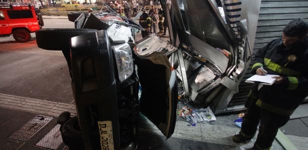 Carro da Polícia Militar capotou na madrugada desta terça-feira (20) na avenida Paulista após perseguição
