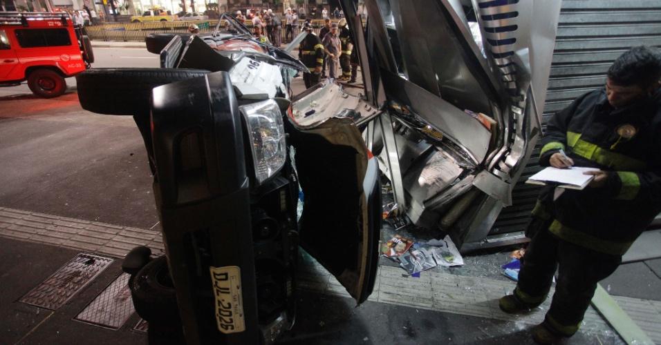 20.nov.2012 - Um carro da Polícia Militar capotou na madrugada desta terça-feira (20) na avenida Paulista, no bairro da Bela Vista, em São Paulo, depois de perseguição a suspeitos. Três pessoas ficaram feridas, entre elas um PM