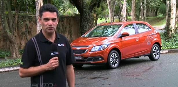 Benê Gomes, repórter do Auto+, ao lado do Chevrolet Onix: um dos lançamentos do ano