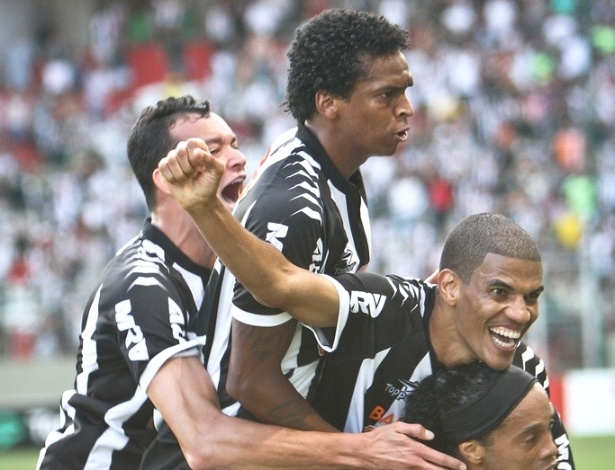 De cabelo cortado, Jô comemora gol do Atlético-MG (18/11/2012)