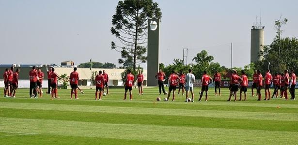 Elenco do Atlético-PR participa de treinamento