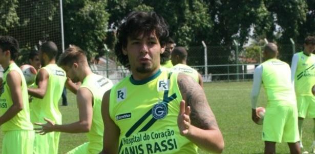 O meia Ricardo Goulart realiza um treino técnico no CT do Goiás