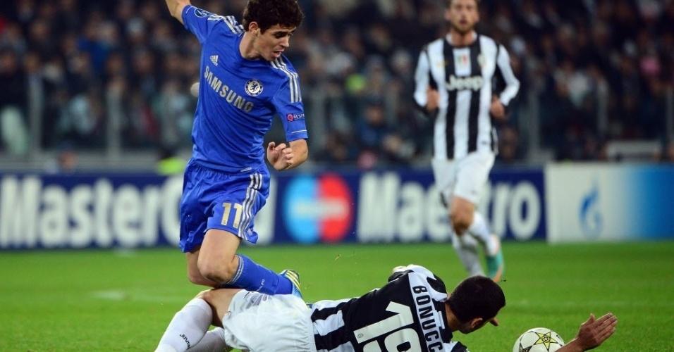 20.nov.2012 - Oscar, meia brasileiro do Chelsea, tenta o drible na marcação de Leonardo Bonucci, da Juventus, em partida da Liga dos Campeões