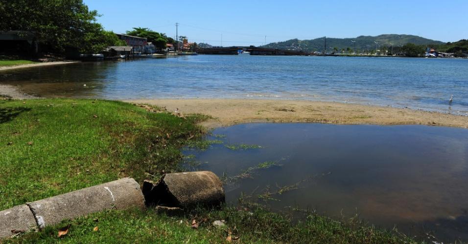 21.nov.2012 - Análise das águas do litoral de Santa Catarina aponta 41 pontos impróprios para o banho, dos 195 analisados em 500 km de faixa litorânea. Em Florianópolis, a qualidade da água foi considerada insatisfatória em 14 pontos