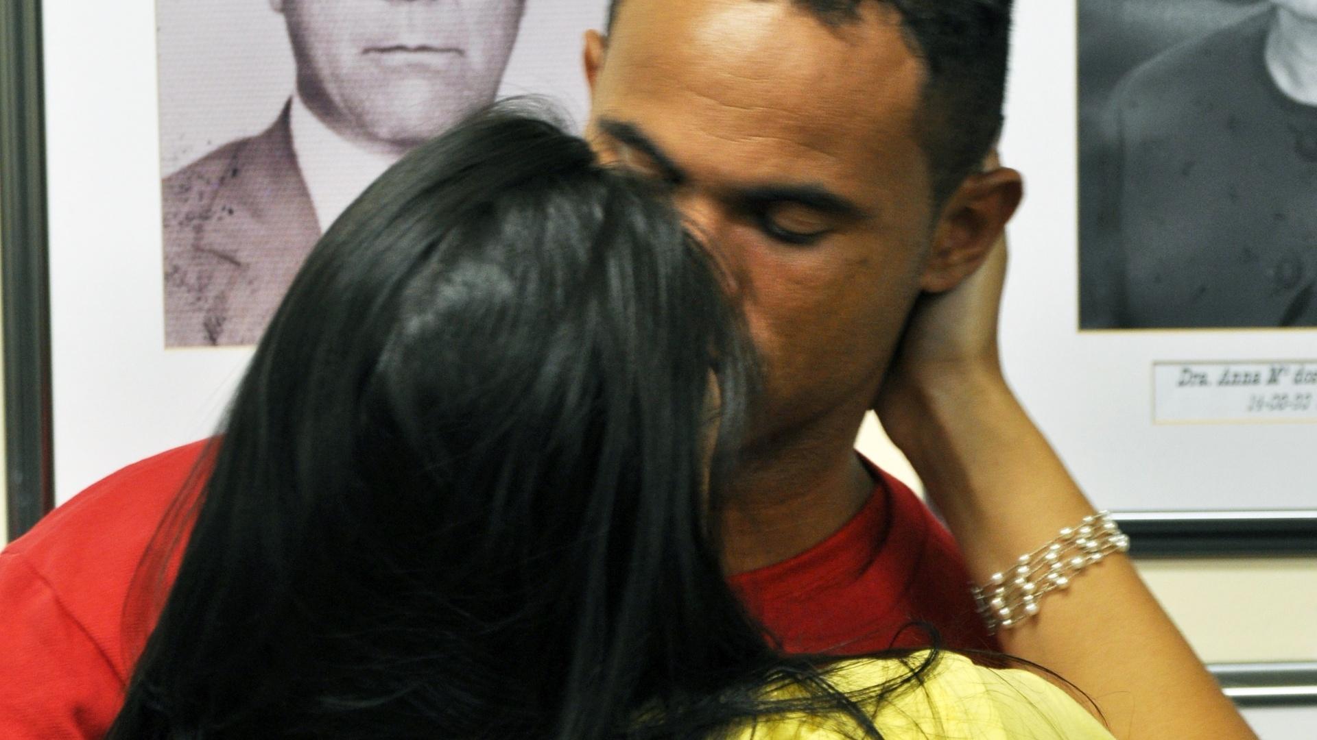 21.nov.2012 - Ao final da sessão de terça-feira (20), Ingrid Oliveira se dirigiu até Bruno, o abraçou e começou a acariciar seu cabelo. O goleiro devolveu o afeto, passando a mão nos cabelos da companheira. Em seguida, deram-se um beijo contido. A cena durou menos de dois minutos