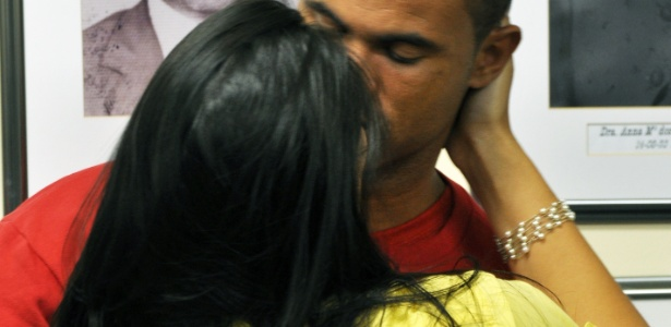 Após o julgamento em 2013, a mulher de Bruno, Ingrid Oliveira, dá um beijo no ex-goleiro