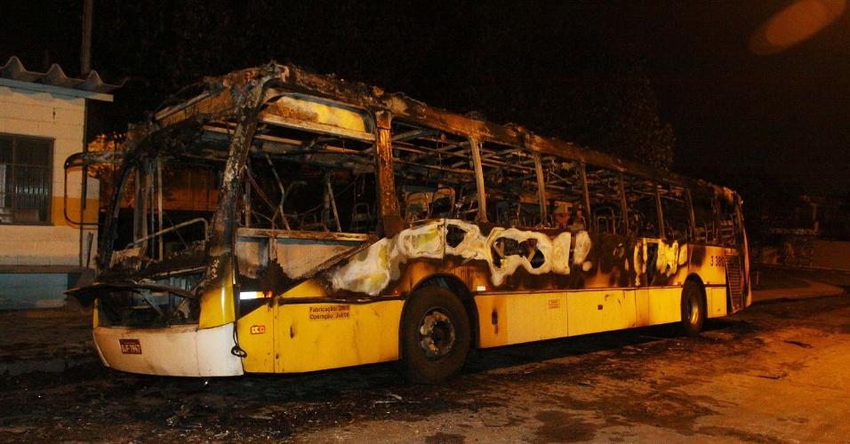 21.nov.2012 - Cinco criminosos incendiaram um ônibus, na praça Félix, em Cangaíba, em São Paulo (SP), na noite desta terça-feira (20). Um veículo que estava estacionado no local acabou sendo atingido pelas chamas. Não há informações sobre feridos