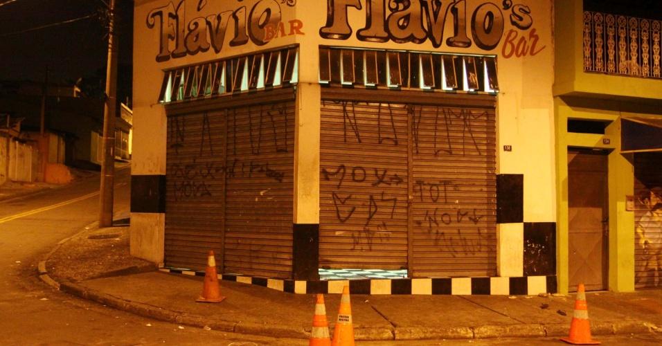 21.nov.2012 - Cinco pessoas foram baleadas na rua Domingos Araújo de Almeida, em Guarulhos, na Grande São Paulo (SP), na noite desta terça-feira (20). Um dos feridos não resistiu aos ferimentos e morreu. De acordo com a polícia, homens em motos atiraram contra as vítimas