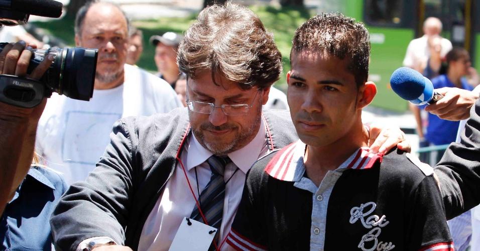 21.nov.2012 - Elenílson Vítor da Silva, ex-caseiro de sítio do goleiro Bruno em Esmeraldas (MG), onde Eliza Samudio esteve com seu filho, ao chegar no fórum Pedro Aleixo, em Contagem (MG), acompanhado de advogado