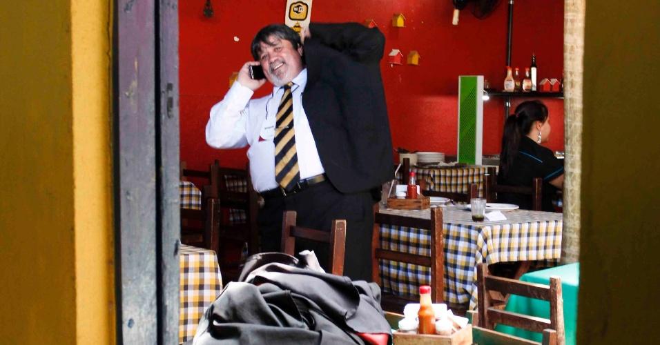 21.nov.2012 - Lúcio Adolfo da Silva, um dos defensores do goleiro Bruno, no restaurante Rocinha em Contagem (MG). Silva foi quem apresentou o pedido de adiamento do julgamento. Ele ingressou nesta quarta-feira (21) na defesa do ex-atleta após o advogado Francisco Simim deixar o caso