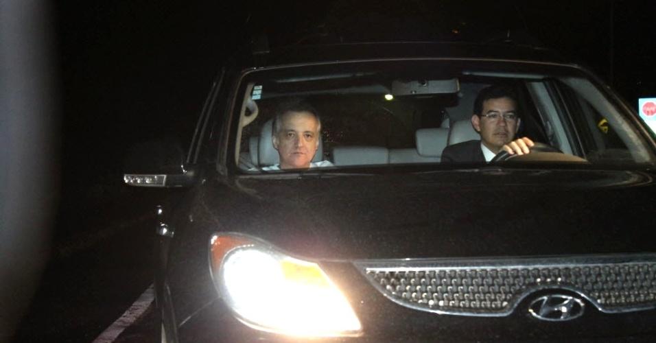 21.nov.2012 - O contraventor Carlinhos Cachoeira deixa o presídio da Papuda, em Brasília (DF), após quase nove meses preso