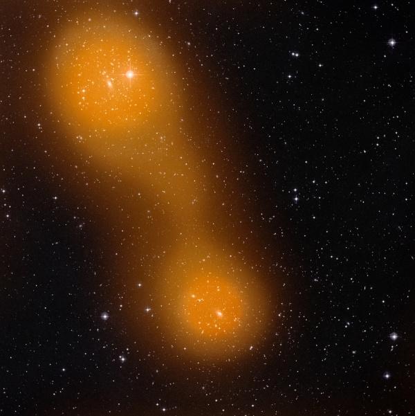 """21.nov.2012 - O satélite Planck, da Agência Espacial Europeia (ESA, na sigla em inglês), descobriu uma """"ponte"""" de gás quente entre dois aglomerados de galáxias. O conjunto Abell 399 (abaixo, no centro) e Abell 401 (topo à esquerda) fica a 1 bilhão de anos-luz de distância da Terra. A ponte, que se se estende por cerca de 10 milhões de anos-luz, pode chegar a uma  temperatura de até 80 milhões de graus Celsius"""