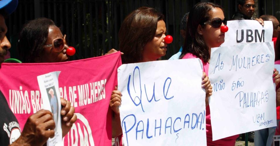 21.nov.2012 - Representantes da União Brasileira de Mulheres fazem protesto em frente ao fórum Pedro Aleixo, em Contagem (MG)