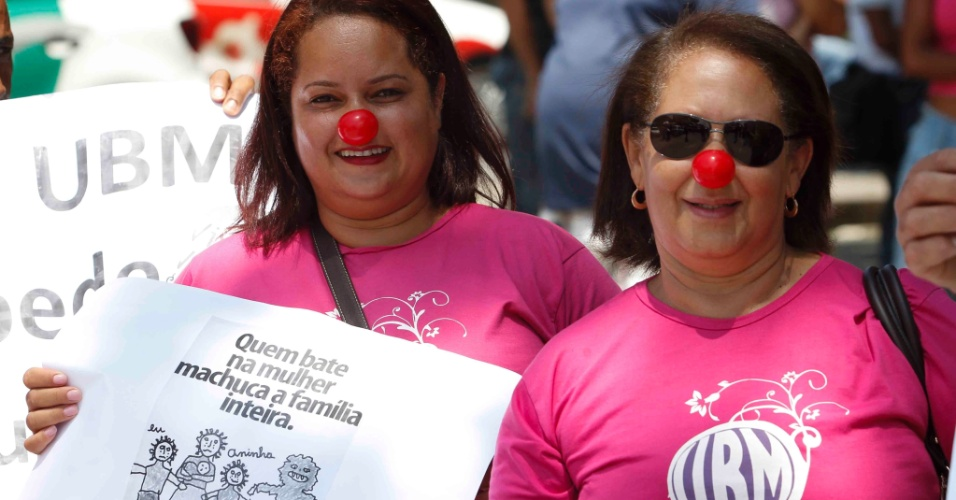 21.nov.2012 - Representantes da União Brasileira de Mulheres fazem protesto em frente ao fórum Pedro Aleixo, em Contagem (MG)