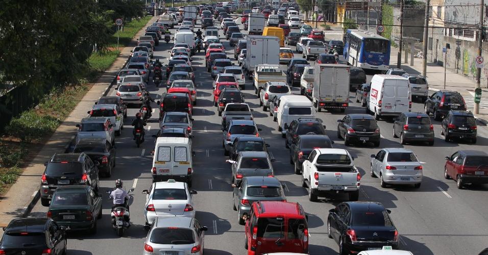 21.nov.2012 - Trânsito lento no corredor norte-sul, em direção ao  aeroporto de Congonhas, em São Paulo, na manhã desta quarta-feira(21)