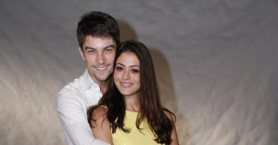 Acompanhada do namorado e modelo Raphael Sander, a atriz Carol Castro posa para foto em especial da Globo (21/11/12)