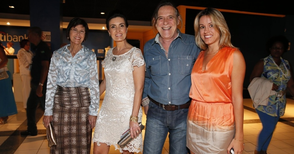 Fátima Bernardes acompanhada da mãe (esq.), e o ator José de Abreu acompanhado da mulher, Camila Paola Mosquella, são alguns dos convidados do especial de fim de ano da Globo com Roberto Carlos (21/11/12)