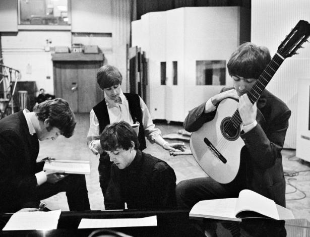 Fotografia de David Hurn mostra os Beatles em momento de ensaio no Abbey Road, em março de 1964 - David Hurn/Magnum Photos/ Latinstock Brasil