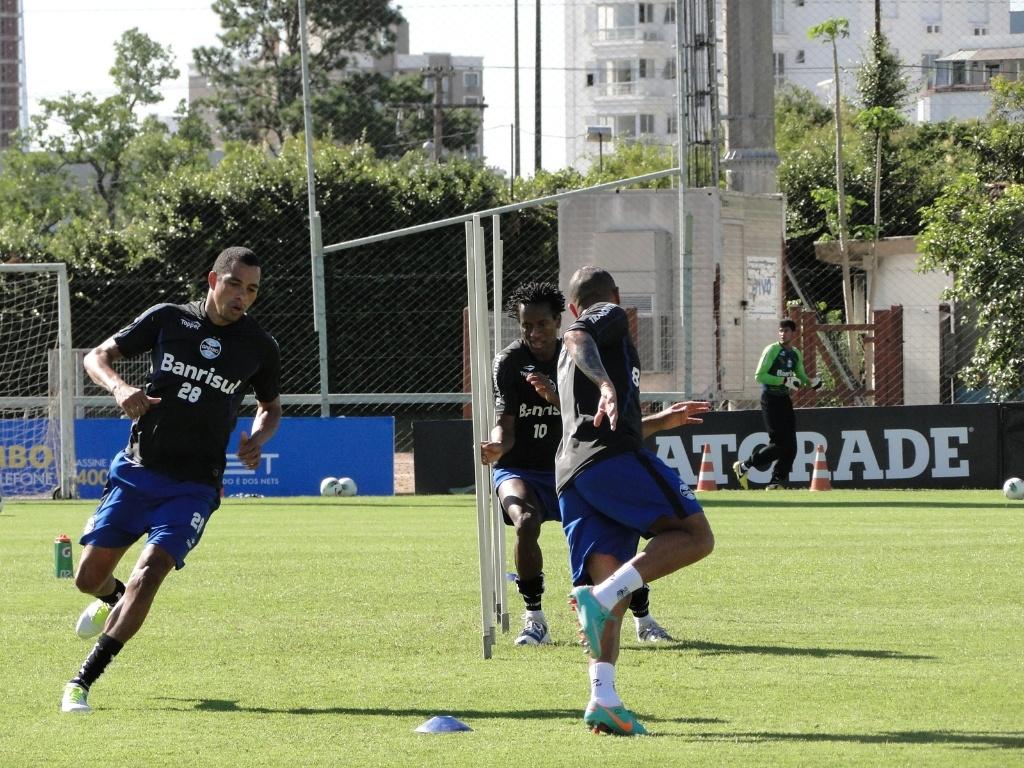 Gilberto Silva, Zé Roberto e Gabriel durante treino físico do Grêmio no gramado suplementar do estádio Olímpico (21/11/2012)
