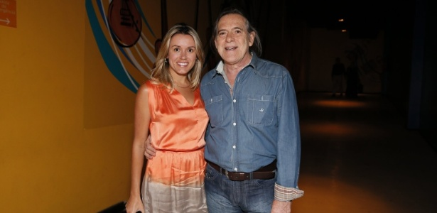 21.nov.2012 - O ator José de Abreu e a mulher, Camila Paola Mosquella, em evento