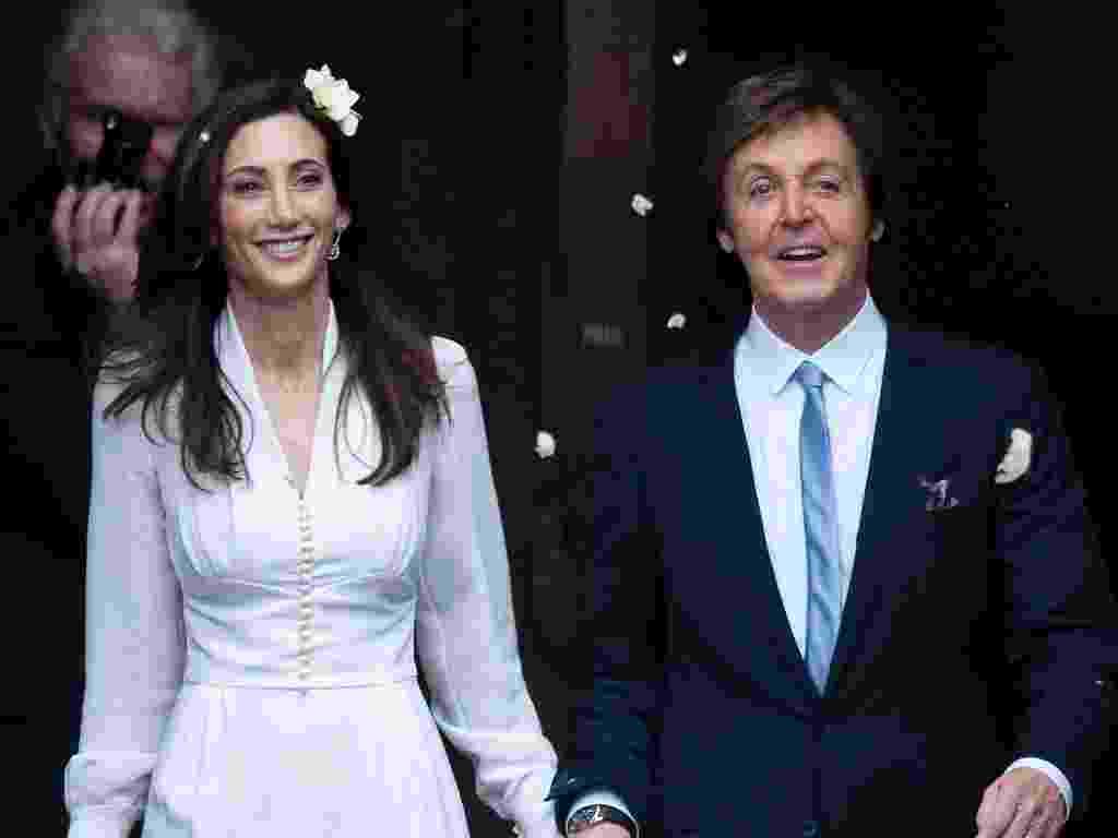 Paul McCartney se casou no civil com Nancy Shevell, sua terceira esposa, que vestiu um modelo exclusivo criado por Stella McCartney, agora sua enteada. O vestido de mangas longas tinha cintura bem marcada, abotoamento frontal e nos punhos e comprimento na altura dos joelhos. Para acompanhar, a noiva optou por sapatos de salto baixo, um buquê pequeno e um arranjo floral nos cabelos soltos - Kieran Doherty/Reuters