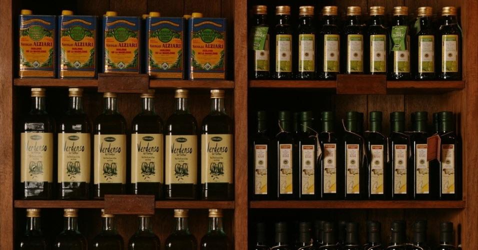 prateleira com vários tipos de azeite