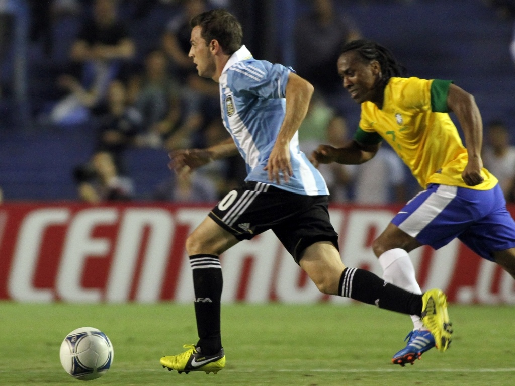 Seguido por Arouca, Montillo avança ao ataque na partida entre Brasil e Argentina pelo Superclássico das Américas (21/11/2012)