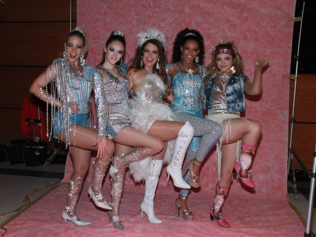 As Empreguetes (Taís Araújo, Isabelle Drummond e Leandra Leal) com Chayene (Cláudia Abreu) da antiga novela das sete da Globo,