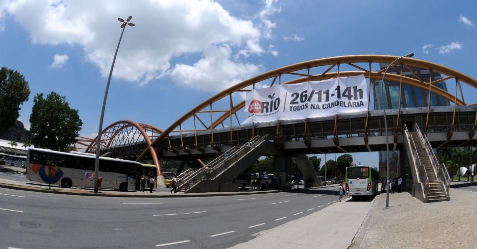 20.nov.2012 - Para mobilizar cariocas e fluminenses, o governo do Estado está fixando grandes faixas em prédios públicos e locais de grande movimentação, como a passarela do metrô Cidade Nova, com a seguinte mensagem: