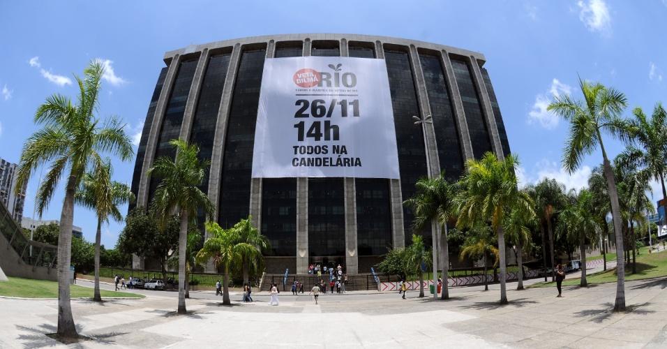 20.nov.2012 - Faixa é colocada na fachada do prédio da Prefeitura do Rio. Os funcionários públicos do governo do Estado do Rio de Janeiro vão ganhar folga na próxima segunda-feira (26) para participar da passeata