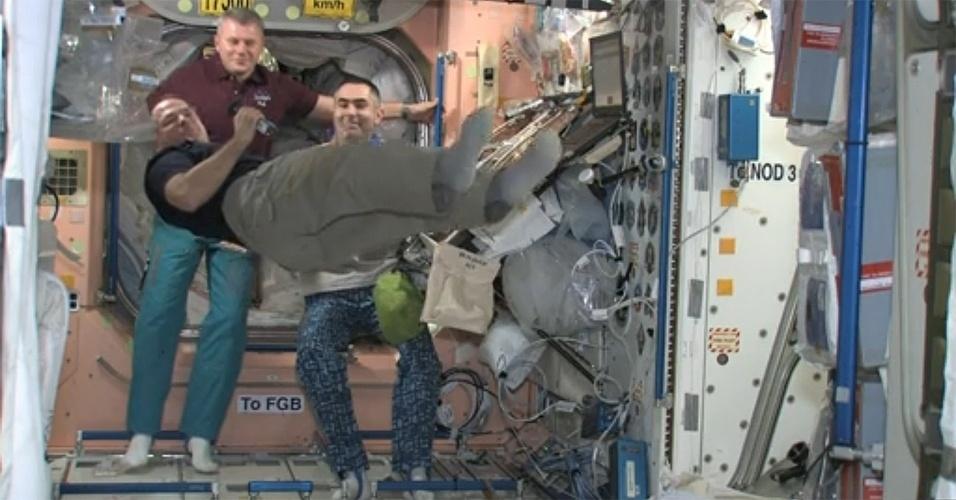 22.nov.;2012 - A tripulação a bordo da Estação Espacial Internacional (ISS, na sigla em inglês) celebra nesta quinta-feira (22) o feriado de Ação de Graças, que ocorre na quarta quinta-feira de novembro nos Estados Unidos em memória dos bons acontecimentos do ano. O norte-americano Kevin Ford (na frente, levitando) e os russos Oleg Novitskiy (à esquerda) e Evgeny Tarelkin (à direita) receberam uma ceia com direito a peru defumado, purê de inhame e alguns doces - mas ao estilo dos astronautas: desidrata e em saquinhos