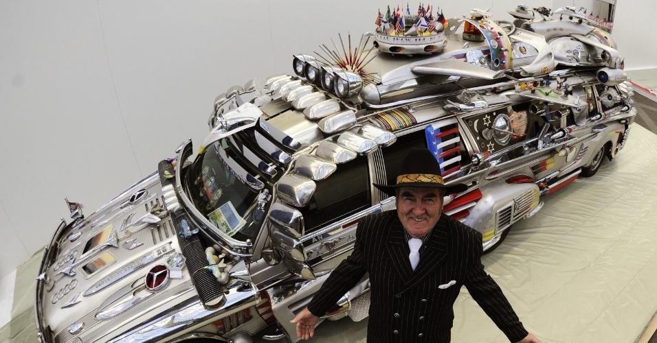 22.nov.2012 - Americano exibe carro de fabricação própria para ser apresentado no Salão do Automóvel de Essen, na Alemanha. O veículo pesa 3,4 toneladas, tem 10 rodas e 10 assentos, e está avaliado em um milhão de dólares